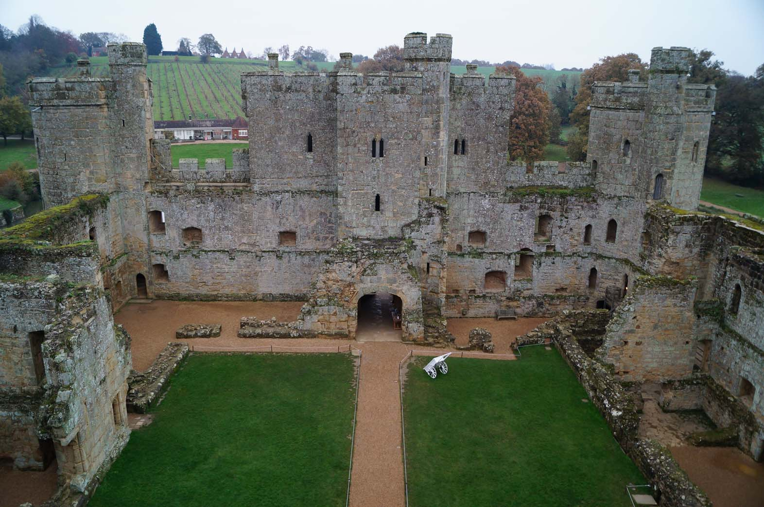 ... Wardeux And Right By Those Of The Radynden Family, Previous Owners Of  Bodiam. The Remains Of The Barbican Can Be Seen In Front Of The Gatehouse  (right). Photo Gallery